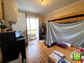 Appartement Rennes 1 pièce d'environ 12.25m2 avec balcon de 3.32m² donnant sur la place de Bretagne, vue imprenable sur la cathédrale